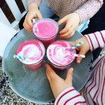 Gezonde zomerse smoothie met rood fruit