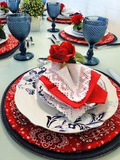 mesa posta azul e vermelho | Blog da Michelle Mayrink