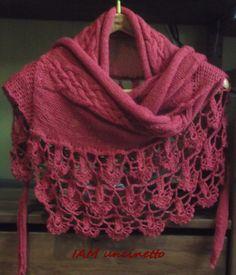 Coprispalle, scialle o stola, ma anche, piegandola in due, avvolgente sciarpa. Fatta con un filato rosso sottilissimo e spettacolare: 70% alpaca 30% seta, alternando ferri e uncinetto. Treccia celtica.  Crochet & knitted stole, shawl, scarf, alpaca wool + silk. Handmade. DROPS Lace 3620 rosso. #DROPSLace #celtica