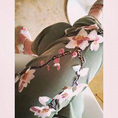 That's my flowery pants🌺🌼🌺  #zara #khaki #crop #trousers #pink #floral #flower #heels #officestyle #officelook #whatiwear #summer #summeroutfit #summerlook #wiwt #whatiwear #lookbook #tb #instafashion #instalook #instastyle #stylish #trend #nofilter  #blogger #bloggerlife #bloggerstyle #fashionblogger #zkstyle