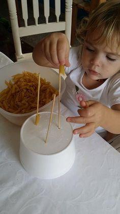 Migliorare la motricità fine con la pasta. 4 attività da fare coi bimbi - Centrifugato di Mamma Fall Crafts For Kids, Kids Crafts, Digital Story, Mamma, Montessori, Babyshower, Lab, Pranks, Party