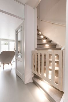 5X KINDVRIENDELIJKE TRAPPEN • hier moet je aan denken bij een kindvriendelijke trap   Wooden staircase with baby gate   Fotografie Barbara Kieboom #trap #stairs #staircase