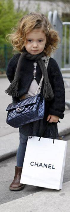 a little fashionista-Bebe chanel Baby Chanel, Chanel Kids, Lila Baby, Baby Love, Coco Baby, Little Fashionista, Toddler Fashionista, Fashion Kids, Young Fashion