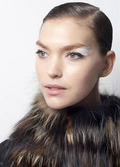 Перистый белый макияж глаз от Fendi