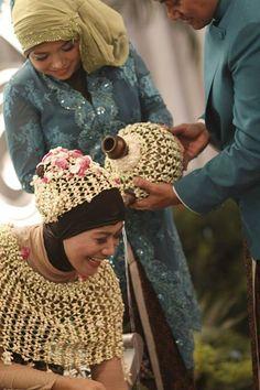 Rangkaian bunga melati juga menyelimuti kendi berisi air dari tujuh mata air yang digunakan pada prosesi Siraman dalam pernikahan adat Jawa.