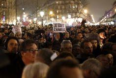 """Un homme tient une pancarte """"Je suis Charlie"""" lors du rassemblement place de la République à Paris, le 7 janvier, en mémoire des victimes de l'attentat perpétré contre """"Charlie Hebdo""""."""
