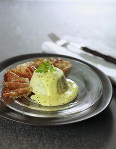 Porta in tavola con Sale&Pepe degli ottimi sformatini serviti con salsa olandese fatta in casa. La ricetta è semplice e veloce, corri a scoprirla!