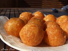 Bulete de cascaval* Romanian Food, Throw A Party, Christmas Cooking, Cornbread, Appetizers, Appetizer Ideas, Bacon, Good Food, Food And Drink