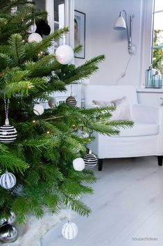 Hallo!     Erste Weihnachten im neuen Zuhause!   Wir freuen uns sehr darüber.  Unser Weihnachtsbaum steht auch!   Auch wenn alle D...