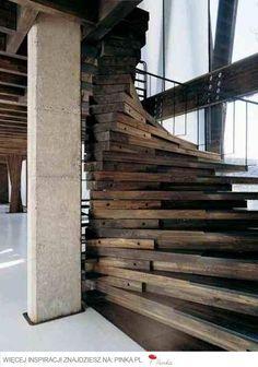 Schody kręcone z drewna impregnowanego olejem