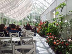 Lunsjcafé i Drivhuset med friske råvarer fra kjøkken- og urtehagen. Lunch café in the Greenhouse in Rosendal Gardens with fresh ingredients from the kitchen and herb garden.