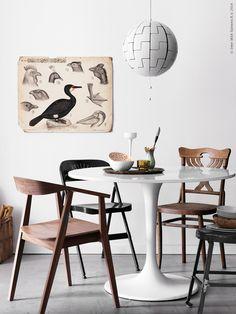 Härlig blandning! DOCKSTA bord, STOCKHOLM stol i valnötsfanér, FRODE klappstol, IKEA PS 2014 taklampa. På bordet står DRIFTIG skål, GLANSIG värmeljushållare, BLOMSTER ljushållare, STROSA servis.