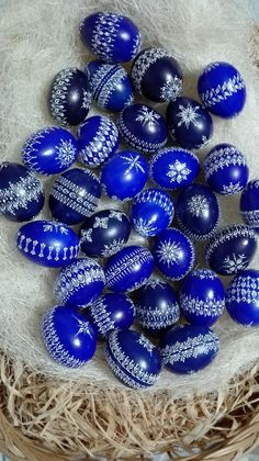 Egg Dye, Egg Crafts, Polish Recipes, Egg Decorating, Dot Painting, Shades Of Blue, Easter Eggs, Dots, Blue And White