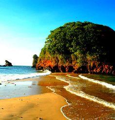 Playa Tucuchire se encuentra en las cercanías de San Juan de las Galdonas. Pequeño remanso de una playa a dos aguas. Península de Paria Venezuela