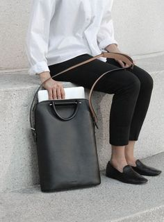 nice Beautiful 30 best leather shoulder bags for your casual style at www. - Top-Handle Bags - - nice Beautiful 30 best leather shoulder bags for your casual style at www. Minimal Chic, Minimal Fashion, Classic Fashion, Minimal Classic Style, Minimal Shoes, Minimal Outfit, Look Fashion, Fashion Bags, Trendy Fashion
