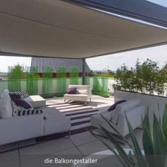 Lounge Möbel in weiß mit lila-grünem Deko-Konzept