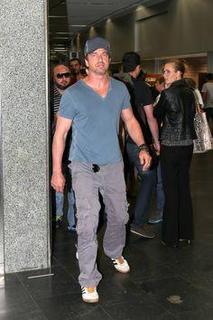 Gerard Butler embarca despercebido em aeroporto do Rio de Janeiro