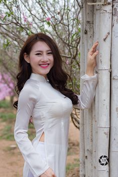 Vietnamese Traditional Dress, Traditional Dresses, Vietnam Costume, Vietnam Girl, Sexy Asian Girls, Hot Girls, Girl Body, Beautiful Asian Women, Ao Dai