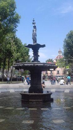 Justo al centro de la Alameda Central, entre el Hemiciclo a Juárez y el Kiosco, se encuentra la Fuente de las Américas, la escultura femenina de torso desnudo fue concebida en 1851 por un escultor llamado Valdosine, era artisticamente en aquellos días una gran influencia.