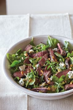 Sirloin Steak Salad with Gorgonzola and Pine Nuts.I love steak salad! Sirloin Steaks, Sirloin Steak Salad Recipe, Venison Steak, Clean Eating, Healthy Eating, Rabbit Food, Easy Salads, Soup And Salad, Carne