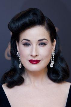 Dita Von Teese hairstyling anni '50 red lips eyeliner