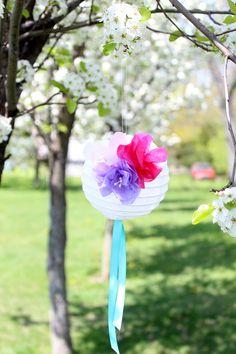 Lampara papel con ramillo de flores artificial y laso de raso
