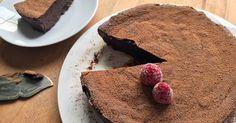 Si los bombones de trufa te saben a poco, prueba a hacer esta lujuriosa tarta de chocolate. LA tarta, vamos. Tiene sólo tres ingredientes, pero más ciencia e intríngulis de lo que parece.