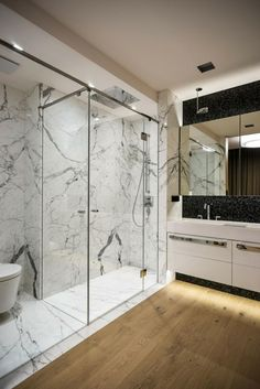 Carrelage de salle de bain aspect parquet noir et marbre blanc ...