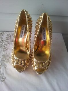 """Barely Used Authentic Steve Madden Glitter Studded Heels Style: Awwsome Color: Gold Size: 6 Condition: Preowned MSRP: $149 Gorgeous open toe glitter studded spiked heels by Steve Madden. Authentic. Tiny nick near toe opening of left shoe (not noticeable). Please see pics and ask any questions before purchasing! Features: Color: Gold Heel height: Approx. 5.5"""" Platform height: Approx. 1"""" Size 6 Style: Awwsome Free Shipping! 