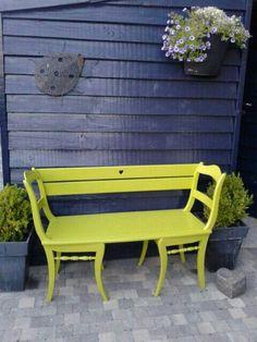 Diy tuinbankje van twee oude keukenstoeltjes. Leuk kleurtje erop en klaar!