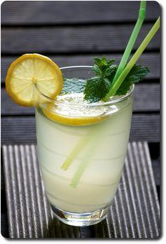 Mon verre de limonade maison à la menthe Milkshake, Sorbet, Food Styling, Panna Cotta, Detox, Cas, Food And Drink, Pudding, Drinks