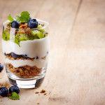 10 gezonde toppings om te combineren met Griekse Yoghurt