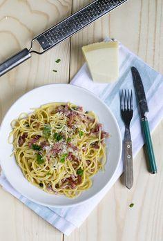 Vandaag gaan we op de Italiaanse toer met spaghetti carbonara. Een snel, simpel enzeer smakelijk maaltje. Al eerder deelde ik een recept voor Spaghetti carbonara op het blog (klik hier om deze te bekijken). Maar dit was niet 'de echte' met een romige saus van ei. Tijdens mijn zwangerschap vond ik het niet fijn om... LEES MEER...