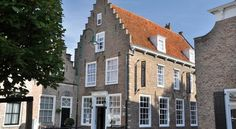 Hotel KOM! Sint Maartensdijk Hotel KOM! is situated in a historical building on the Market Square of Sint Maartensdijk, on the island Tholen in Zeeland. The hotel offers free Wi-Fi and free parking.
