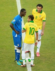 Fred, Neymar & Balotelli enjoying a laugh 30 seconds before kick off! Brazil Italy Confederations Cup 2013