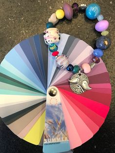 Armband als een kleurenwaaier.   Style Consulting Seasonal Color Analysis, Color Me Beautiful, Soft Summer, Season Colors, Fashion Jewelry, Cute Outfits, Make Up, Seasons, Cool Stuff
