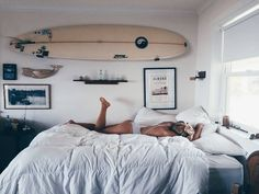 This beach themed dorm room gives off a surfer feel. Bedroom The Beach Themed Dorm Room Ideas That Give Major Cali Vibes Surf Bedroom, Bedroom Decor, Beachy Room Decor, Bedroom Ideas, Surf Theme Bedrooms, Dorm Room Themes, Decor Room, Room Decorations, Bedroom Inspo