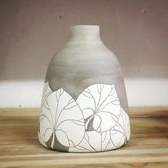 Vase en grès cru décoré à l'engobe de porcelaine #Stoneware #Decoration #Deco #ArbreDeJudee #WheelThrown #WorkInProgress #Ceramique…