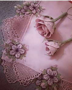 Fotoğraf açıklaması yok. Crochet Flower Tutorial, Crochet Flowers, Jute Crafts, Needle Lace, Elegant Table, Scarf Styles, Embroidery Stitches, Needlepoint, Needlework
