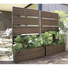 自然に目隠ししながらグリーンが楽しめる。どんな庭にもさりげなくなじむシンプルなデザイン。丈夫で腐りにくいプラスチックウィッカー編みで耐久性にも優れ、直植えができます。