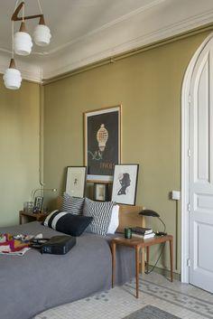 La camera da letto segue il tema vintage dell'appartamento: dal lampadario francese acquistato a Parigi alla lampada da tavolo Kaiser Idell (Fritz Hansen), per concludere con due tavolini danesi anni '50 disposti a lato del letto Ikea.