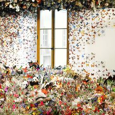 Assembled from hundreds of plants and animals cut in textbooks, the artist Andrea Mastrovito who we have already spoken, created a spectacular installation where a colony of bats clinging to the ceiling, a flight of butterflies swarming the walls of the gallery, and all kinds of insects and other animals and plants intertwine through the floor.
