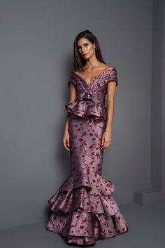 The complete Johanna Ortiz Fall 2017 Ready-to-Wear fashion show now on Vogue Runway. Fashion Week Paris, Fashion 2017, Fashion Show, Gypsy Fashion, Elegant Dresses, Beautiful Dresses, Formal Dresses, Vestidos Vintage, Bohemian Wedding Dresses