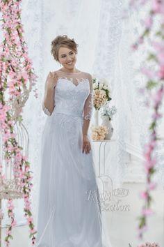 5-Leheletfinom tüll ujjal, vállal készült hófehér, alkalmi fazonú hosszú tüll szoknyával készült menyasszonyi ruha. Ideális választás tengerparti esküvőre, polgári szertartásra, második esküvőre. Girls Dresses, Flower Girl Dresses, Bride, Wedding Dresses, Flowers, Fashion, Dresses Of Girls, Wedding Bride, Bride Dresses
