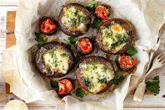 Portobello mushrooms stuffed with spinach and cheese Spinach Stuffed Mushrooms, Stuffed Peppers, Italian Stuffed Chicken, Portobello Rellenos, Pesto, Crumb Recipe, Great Recipes, Favorite Recipes, Recipe Ideas