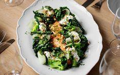 Ugnsbakad lax med kål, mandlar och citronyoghurt - DN.SE Seaweed Salad, Avocado Toast, Sprouts, Broccoli, Food And Drink, Vegetables, Cooking, Breakfast, Ethnic Recipes