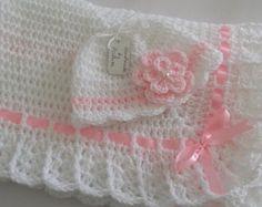 Crochet bebé manta gris blanco y rosado cinta por HandmadeByHallien