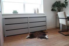 Een radiator is meestal niet een bijzonder mooi object in je woonkamer of slaapkamer. Ook in de werkkamer van Han staat een saaie, witte radiator die nou niet echt als decoratie gezien kan worden. Weghalen is geen optie, dus maakt Thomas een trendy radiatorombouw die helemaal in deze werkkamer past.