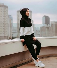 Image may contain: 1 person, standing Modern Hijab Fashion, Street Hijab Fashion, Hijab Fashion Inspiration, Muslim Fashion, Hijab Dress, Hijab Outfit, Ootd Hijab, Modest Dresses, Modest Outfits