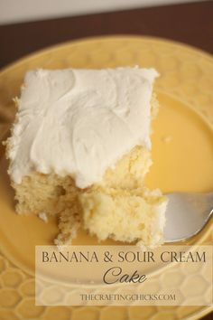 Super yummy and easy Banana Sour Cream cake. LOVE the cream cheese frosting too! Banana Sour Cream Cake is the perfect recipe for ripe bananas. This recipe combines the delicious banana flavor with Cream Cheese Frosting. Banana Sour Cream Cake, Banana Cake Mix, Banana Bread, Ripe Banana Recipe, Banana Recipes, Just Desserts, Delicious Desserts, Yummy Food, Baking Desserts